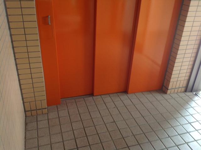 オレンジ色のエレベーター