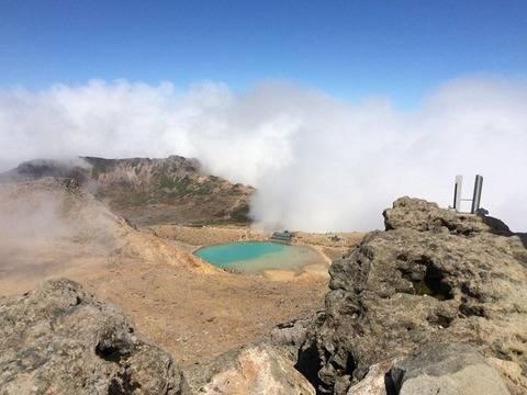 この噴火1分前の画像をアップロードされた方は無事下山されたようです。