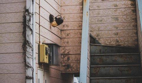 デフレの上に古くなった建物。日本では家賃が下落して当然です。