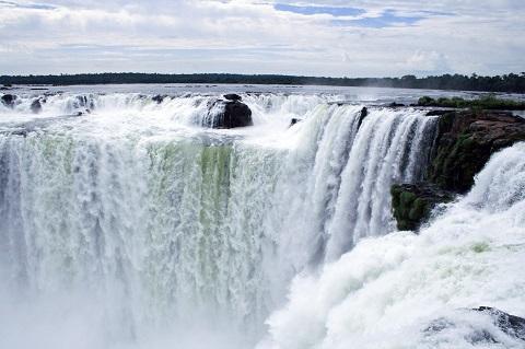画像はナイアガラの滝ではありません。