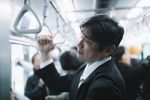 疲れて電車で倒れる人も目撃しました。